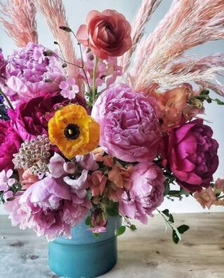"""Repost @labellumflowers  We Often Get Asked: What Is Our Business About? Mostly, it's about supporting the flower shops & floral designers across the USA who are prioritizing local & American sourcing & sustainable business practices.   The Difference Between Local & American Sourcing: Miles & Subjectivity. Some florists will only source within 100 or 200 miles of their shop. Others view any farm in North America as """"local.""""  What It Means: We champion florists who are choosing local farms FIRST for their bouquets & arrangements, wedding florals & event design; and ideally, farms that are """"responsibly"""" growing flowers without chemical pesticides & fertilizers &/or following regenerative agro practices. Where imports may fill gaps, we support florists who are ideally vetting these suppliers, with their wholesalers, for values alignment.   What """"Values Alignment"""" Means: Environment- & people-forward business practices. As a jump off point, waste & resources mgmt, non-use of toxic pesticides, fertilizer & floral foam, living wages for all. There are many who hold themselves accountable in even greater ways.   Why It Matters: Seasonality & provenance (how & where a flower is grown) makes for a better product!  Buying flowers out of season, that travel enormous distances to get here, smell like nothing, are covered in pesticides & were harvested by workers who can barely make ends' meet, isn't a great choice for someone you love.   Why We Care: We believe if consumers understand where their flowers come from & how they are grown, they will make different choices. Supporting this community of responsible & #slowflowers florists is about supporting your local economy & community! There is literally ZERO downside - only upsides!   And now, 🥁 🥁 🥁...   Straight outta Bozeman, BABY, by way of New York, Paris & LA, this super chic boutique with style for miles is committed to sustainable, locally-sourced blooms as much & when possible. Additionally, owner Remy is known to respo"""