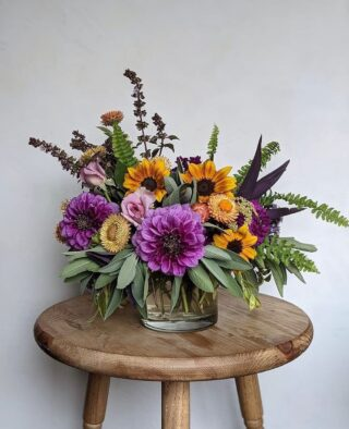 """It's that time again. 🥁 🥁 🥁   Here's our weekly #Top5, a purple-y, pink & pops of sunny yellow mix of Dahlias, Scabiosa, Zinnias, Phlox, Cosmos (still hanging on in some parts of the US), Coneflowers, Carnations, Allium Asters, Gladioli, Roses... what have we missed?   Friendly reminder to request locally (or American) grown blooms in your next arrangement, and say no thanks to floral foam & plastic wrap. #startsomewhere  Enjoy the summer bounty, east to west, north to south: 👈   🌸 @goodneighborfloral   Modesto, CA. A curation of locally grown flowers & goodies from owner Laura's own micro-farm.   🌸 @growgirlseattle   Ballard, WA. A mashup of designer Sarah's summer favs in a vintage pitcher, every stem locally grown in Ballard, Seattle.  🌸 @flowercasita   Petaluma, CA. Owner & designer Tali points out the contrast between the dark ferns & different shades of pink, which we also bigtime love. 💖.  🌸@levi_tremblay   Stillwater, MN. What a a day in the life of this home gardener looks like; all the designer's favs from his garden, grown from tuber/seed except some perennial foliage. 😍   🌸 @noctuaflorals   Bellingham, WA. Owner & designer Carmen explains this arrangement as, """"playing with the big pretties (Koko Loko Rose, Zinnia, Phlox) and some of the slight weirdos (Echinops, Globe Thistle, Celosia & Dianthus).""""   The Flowry connects flower lovers with eco-conscious florists prioritizing American grown, seasonal flowers & sustainable design practices. Visit The Bloomlist (link in bio) 👆 for your next floral gifting occasions.  #top5 #seasonalflowers #summerflowers #sustainabledesign #floraldesign #nofloralfoam #onthebloomlist #americangrown #farmtovase #flowers #localflowers #weddingflowers #flowerstagram #flowering #floralstories #floralchic #underthefloralspell #slowfloralstyle #slowliving #pursuepretty #prettythings #ihavethisthingwithflowers #afloweraday #seasonalfloweralliance #econscious #sustainability #theflowry """